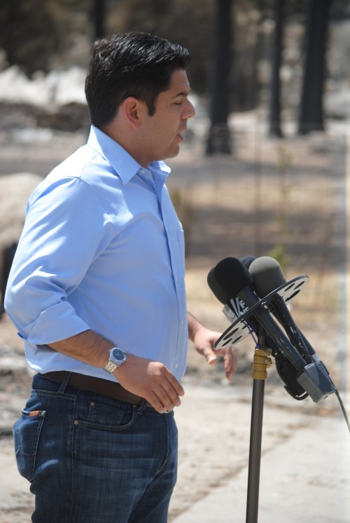 Rep. Raul Ruiz speaking at the briefing at the Mountain Fire camp this afternoon.