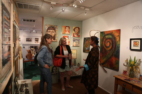 At the Courtyard Gallery, artist Lisa Coffaro (right) speaks with Suann Lester and Jan Musante during the Sizzling Summer Gallery Tour presented by the Art Alliance of Idyllwild last Saturday, June 21.           Photo by Cheryl Basye