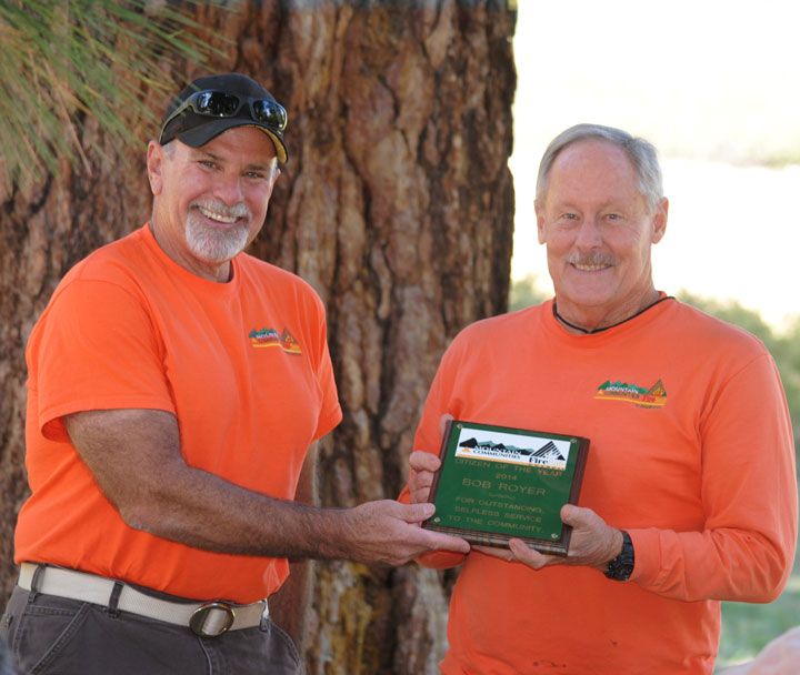 Mountain Communities Fire Safe Council Vice President Chris Kramer presents a plaque for Citizen of the Year to Woodies member Bob Royer of Pinyon Crest.       Photo by J.P. Crumrine