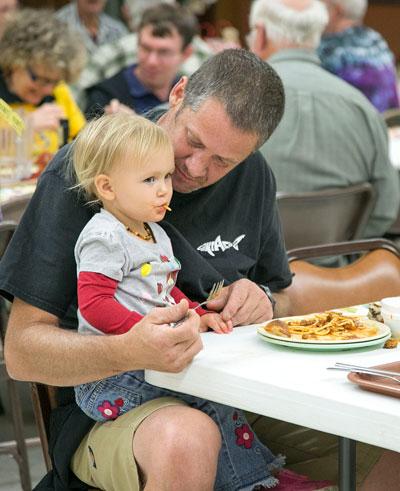Dad Brian and Kinsey Kretsinger enjoy spaghetti Wednesday night at Buckhorn Camp during the Soroptimist International of Idyllwild's 36th-annual Basket Festival and Spaghetti Dinner.  Photo by Jenny Kirchner