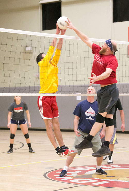 From left, Kyle Loutzenhiser playing for Idyllwild Pizza Company hit the net against Brian Wilson playing for Idyllwild Inn, during Town Hall Adult Volleyball Monday night. Photo by Jenny Kirchner