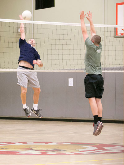 Bo Dagnall (left) of Idyllwild Pizza Company spikes against Idyllwild Inn Monday night during adult volleyball. Photo by Jenny Kirchner