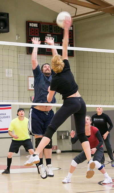 Ginger Dagnall, playing for Idyllwild Pizza Co., and Lance Fogle, of Forest Lumber, meet at the net during Town Hall Adult Volleyball Saturday afternoon at Idyllwild School. Photo by Jenny Kirchner