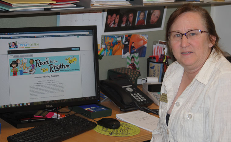 Shannon Houlihan Ng, branch manager of the Idyllwild Library, shows the website where summer readers can register. Photo by J. P. Crumrine