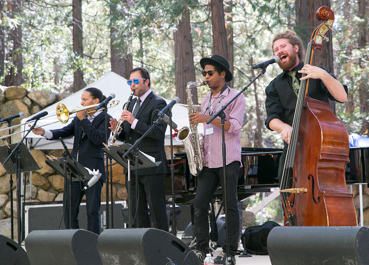 Casey Abrams (right) of Idyllwild packed the Holmes Amphitheatre Sunday afternoon. Photo by Jenny Kirchner