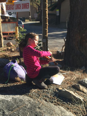 Last Thursday, Raven Bindara, Idyllwild School fifth-grader, practiced her violin outside of the Mile High Cafe. Photo by Ginger Dagnall