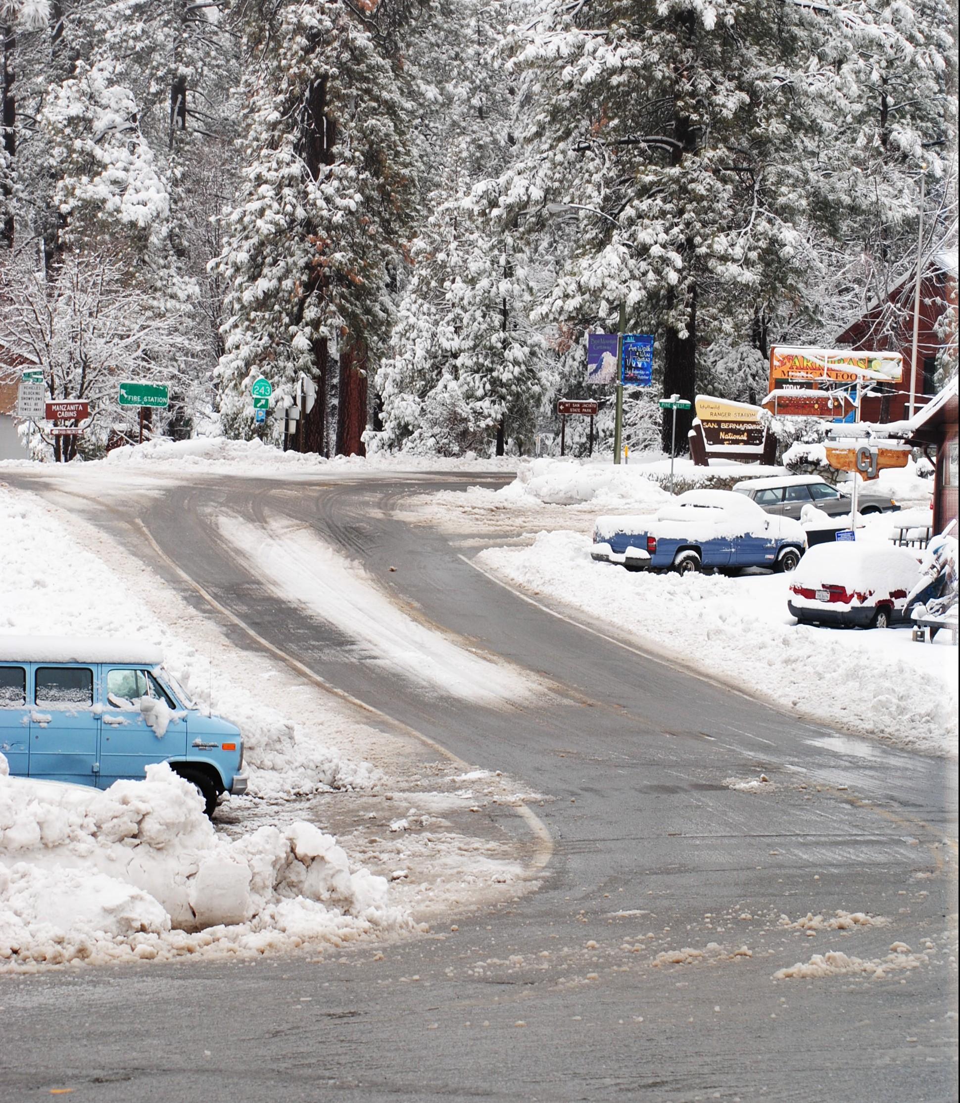 Snow arrived, plenty of it, Idyllwild still open ...